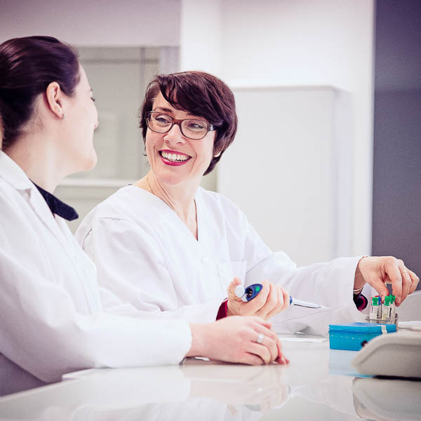Deux femmes dans un laboratoire pour un reportage corporate.