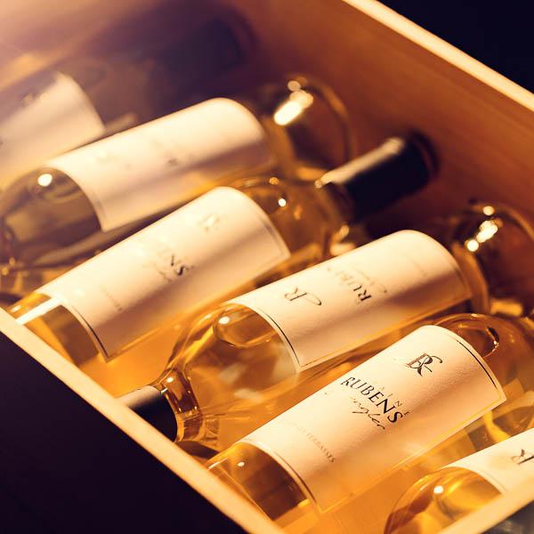Caisse de bouteilles de vin photographiées pour un château