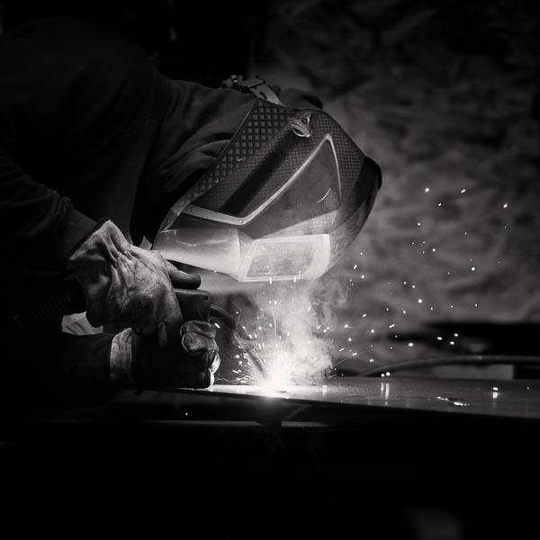 Ouvrier travaillant le métal.