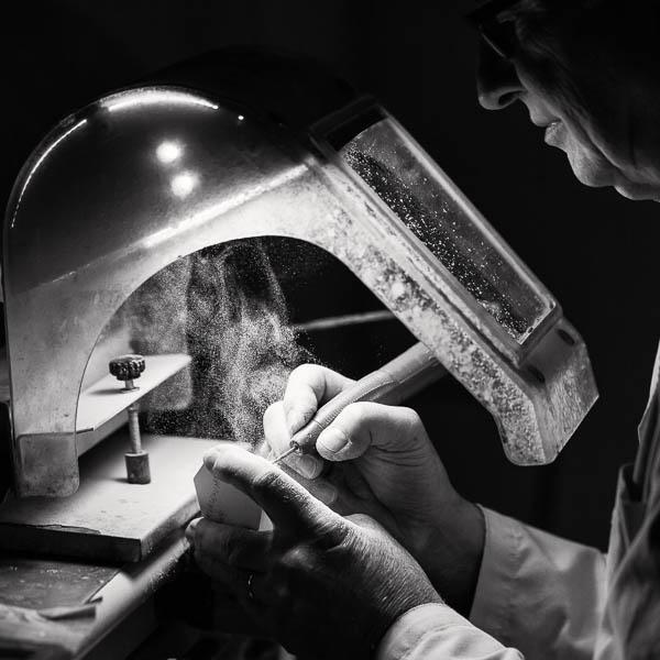 Homme au travail dans son atelier.