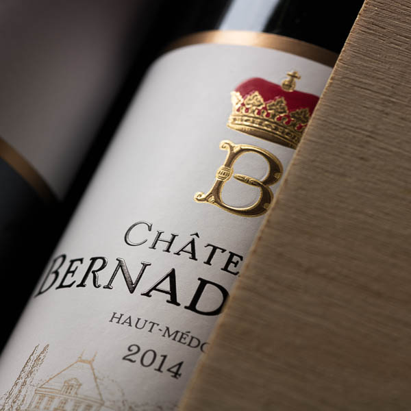 Détail d'un bouteille de Bordeaux.
