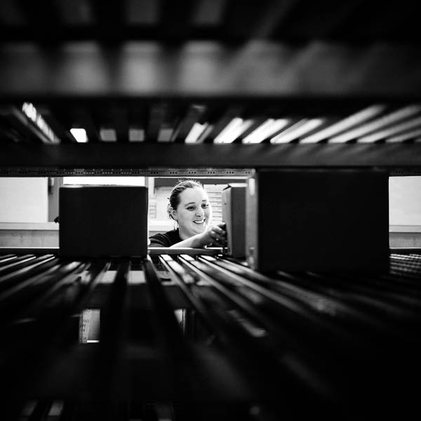 Femme au travail dans un entrepôt proche de Bordeaux.