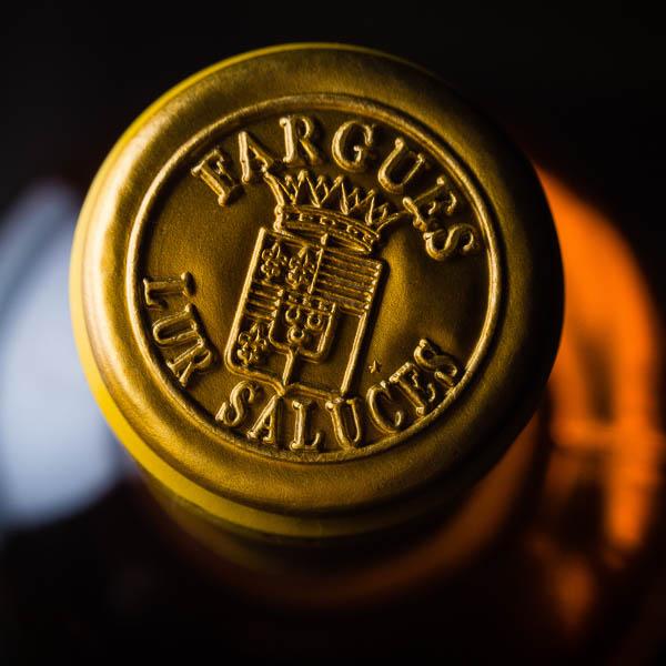 Capsule de bouteille de Sauternes en macro. Photographie de reportage corporate