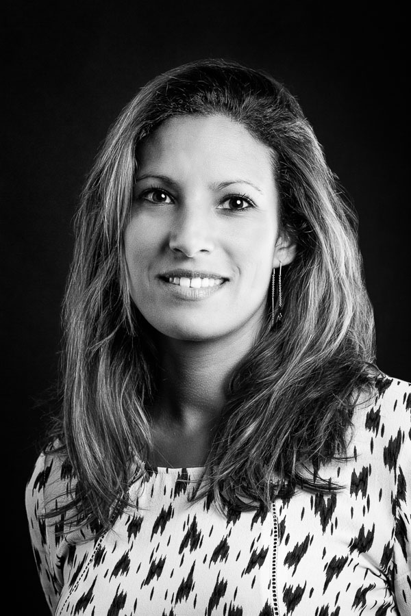 Photo d'une jeune femme sur fond gris. Photo réalisée en studio par un photographe de portrait sur Bordeaux.