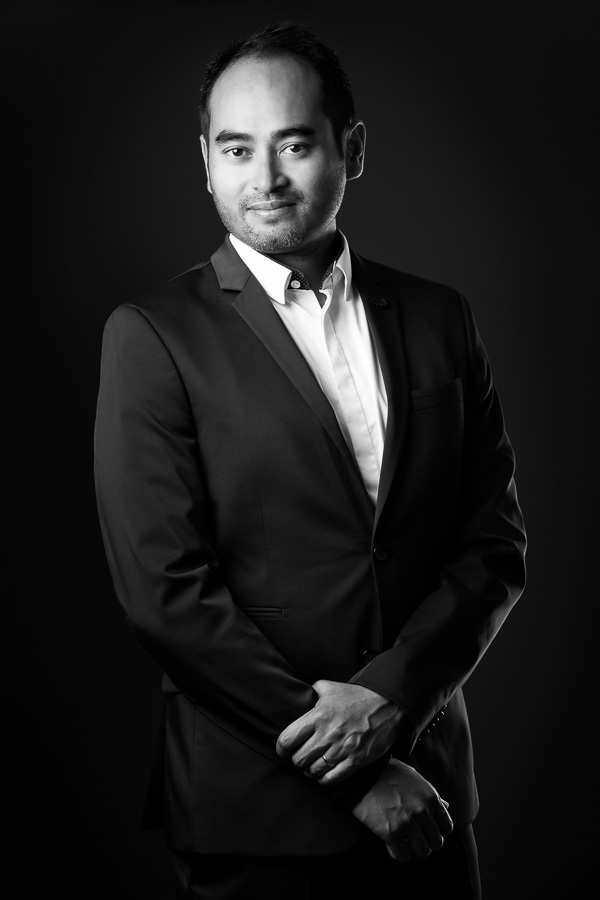 Portrait corporate en studio en noir et blanc