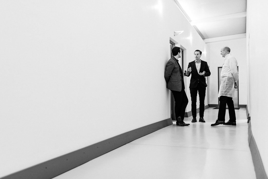 Photo en noir et blanc lors d'une visite d'usine