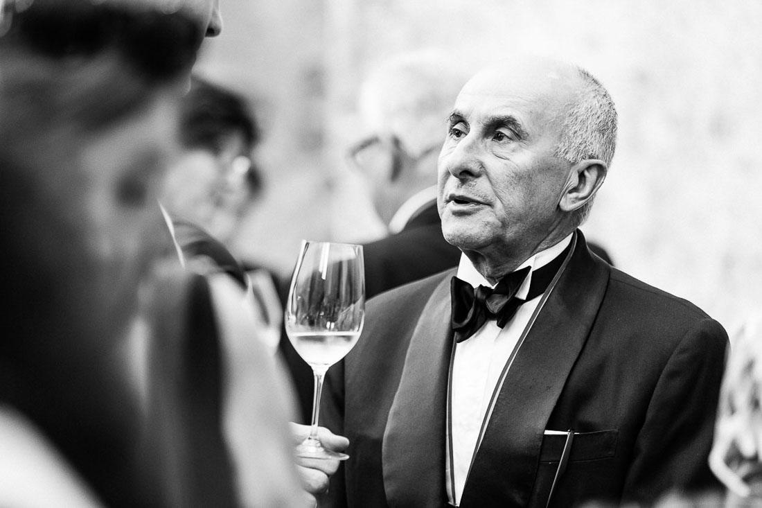 Portrait en noir et blanc lors d'un cocktail