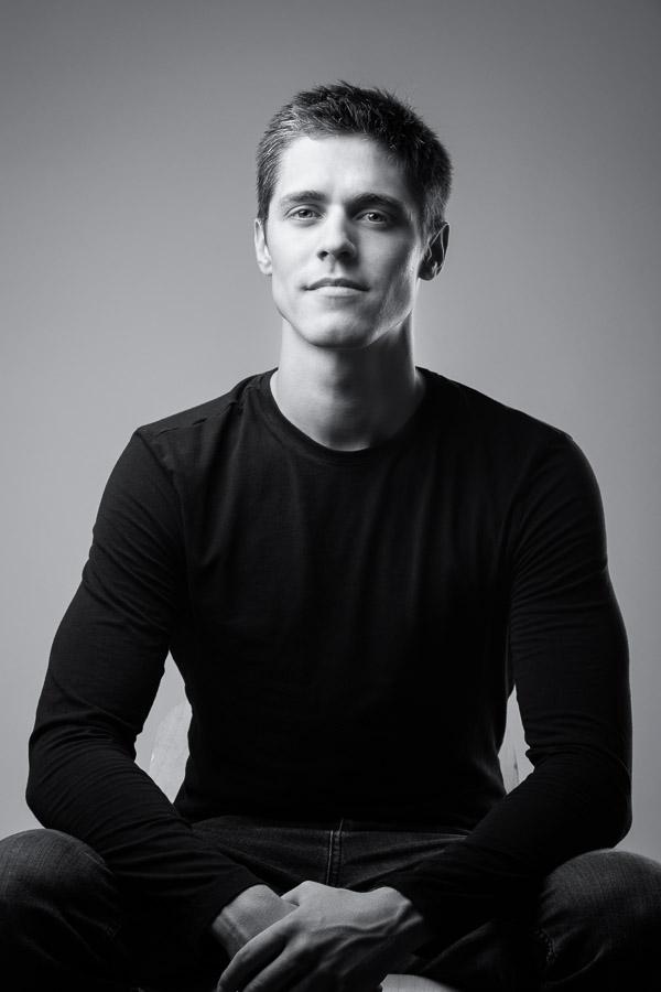 Portrait d'un jeune homme en noir et blanc