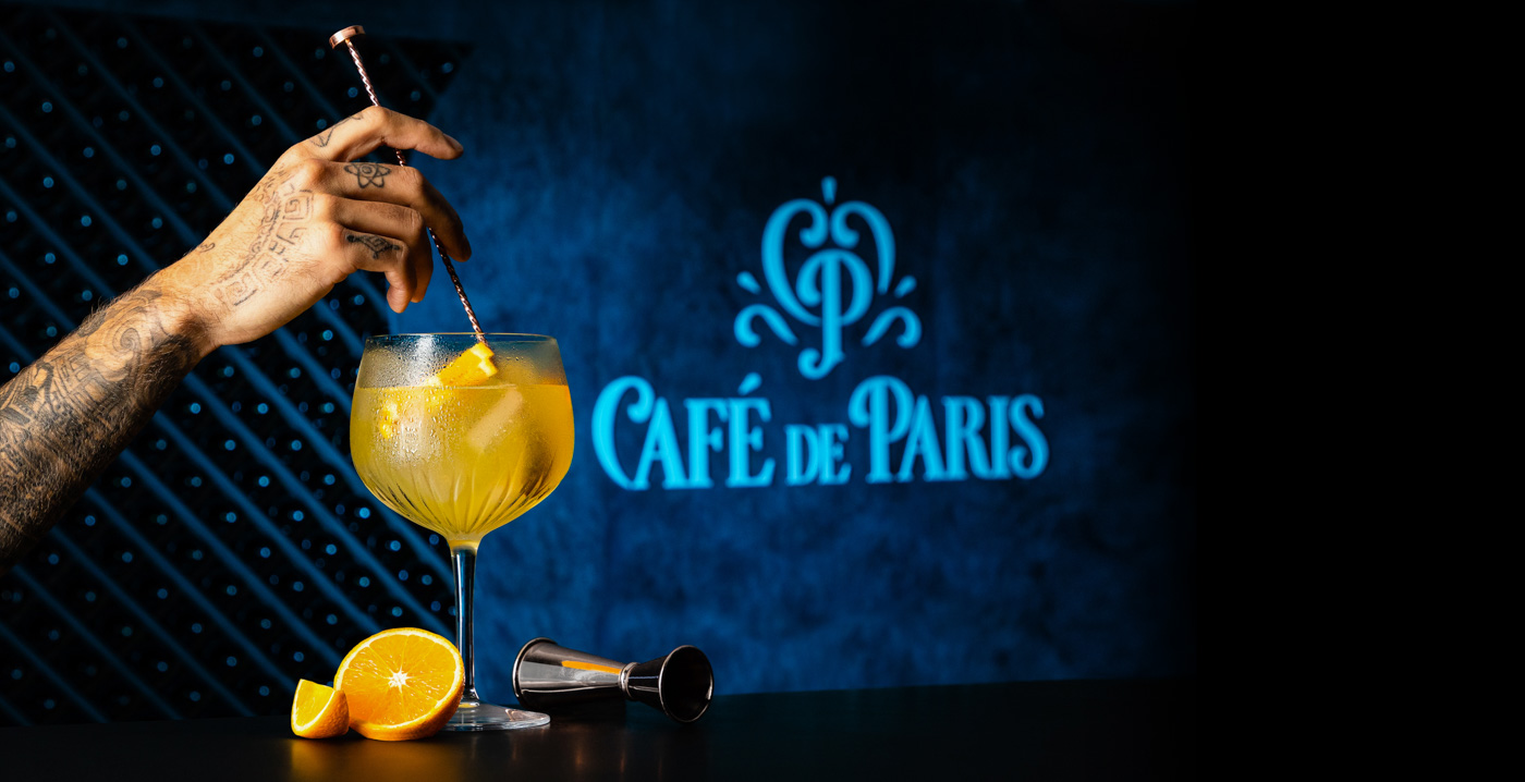 Photographe publicité à Bordeaux, cocktail orange sur fond bleu