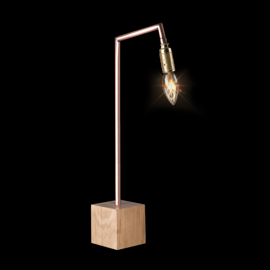 Packshot sur fond noir d'une lampe design