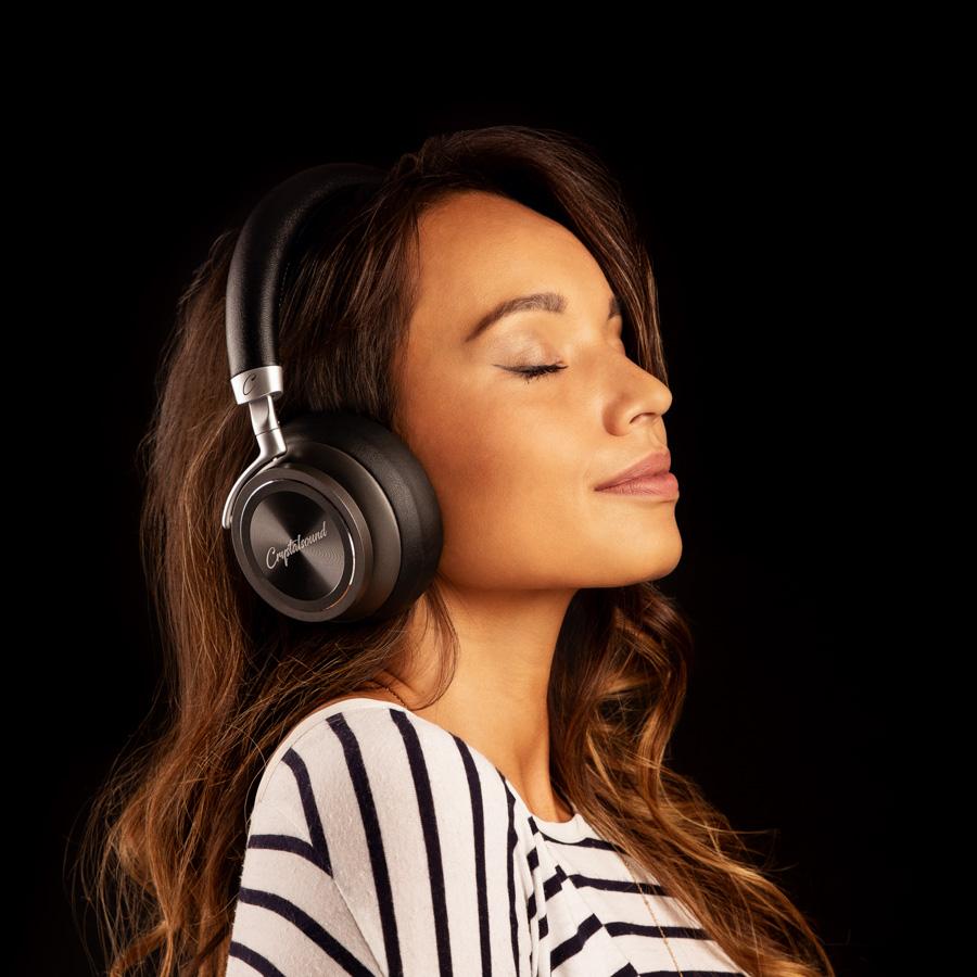 Photographie publicitaire d'un casque audio porté par une jeune femme